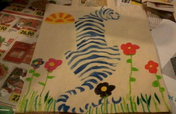 Zkoušíme různé výtvarné techniky - zde kreslení na plátěné tašky